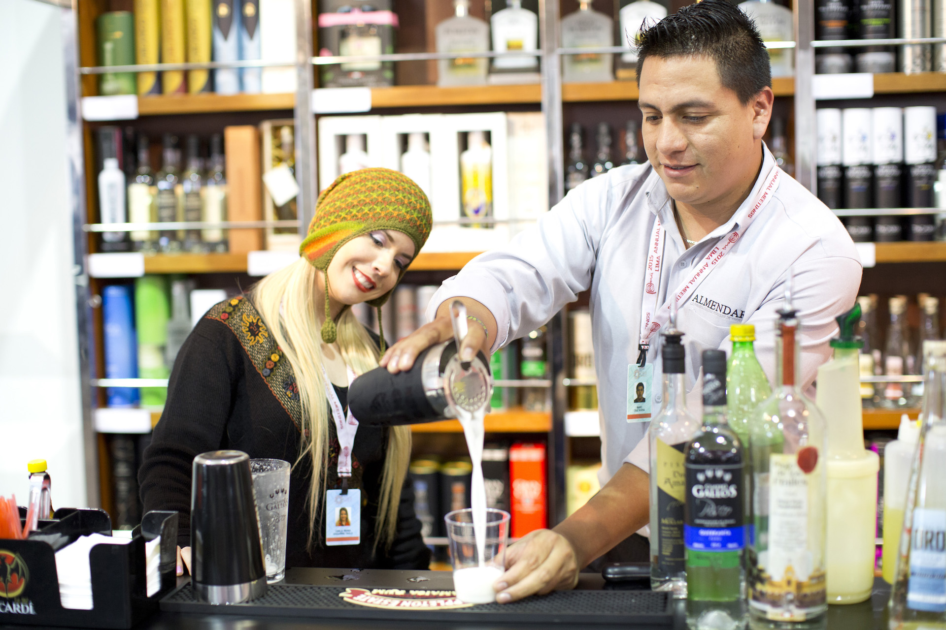 Lima Mentor Guide Pouring Pisco Sour